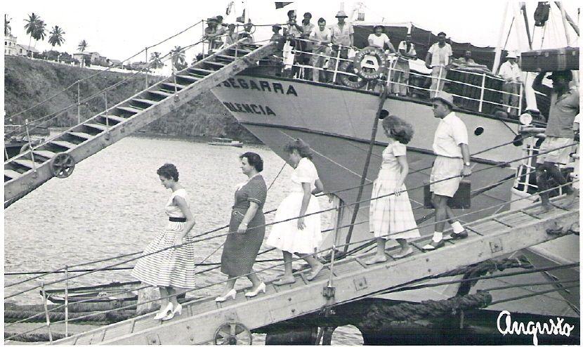 Resultado de imagen para foto de la escalerilla del barco bajando mucha gente
